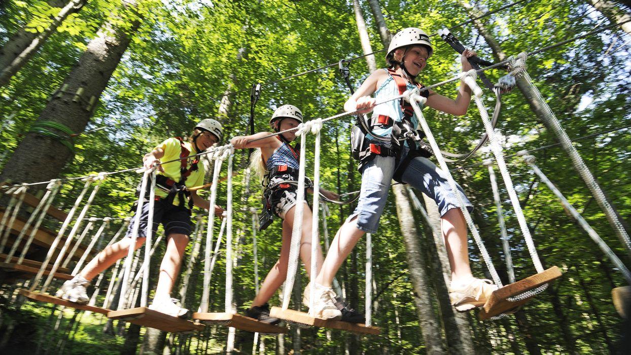 Les incontournables de l'été pour votre séjour à la montagne : accrobranche - CGH Résidences